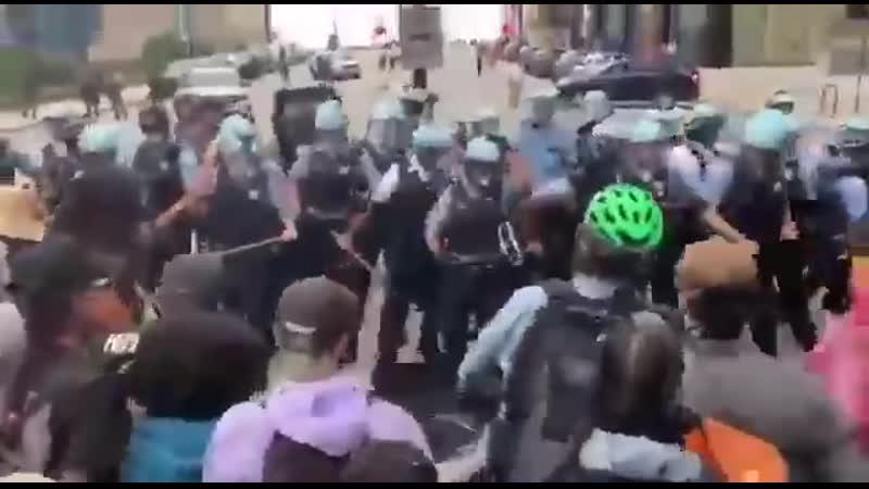 В Чикаго опять обострились столкновения BLM макак с полицией.