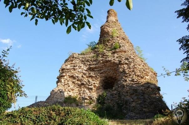 Пирамида Couhard (Франция) Это пирамида высотой 33 метра, построенная предположительно в 1 веке, во времена императора Веспасиана.Она стоит в районе древнего некрополя Поле урн, который