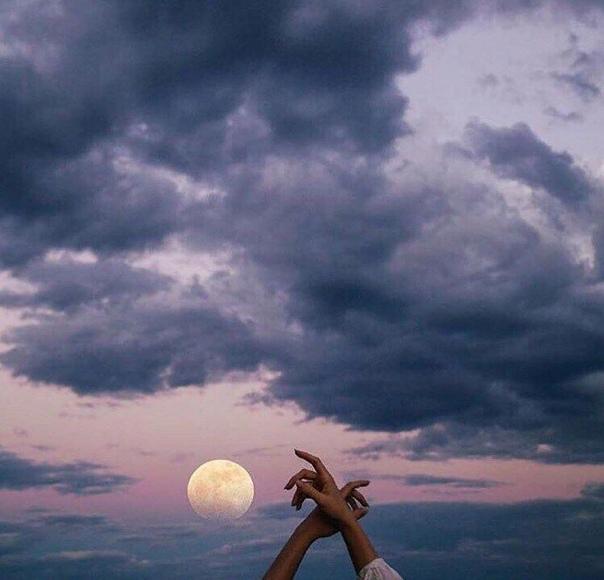 Какой смысл предлагать мне луну, если у меня гвоздь в туфле, а ты не можешь его вытащить