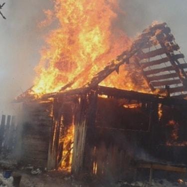 В Петровске на придомовой территории одного из частных домовладений сгорела баня