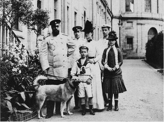 Император Александр III с семьей и собакой Камчаткой, 1887 год