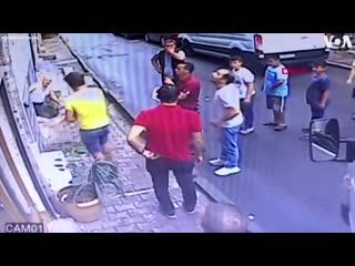 В Турции подросток поймал двухлетнюю девочку, которая выпала из окна. - - Девочка не получ