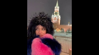 Алена Водонаева гуляет по Красной площади (2021)
