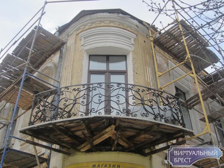«Было да сплыло», или как исчезло с дома в Бресте старое балконное ограждение