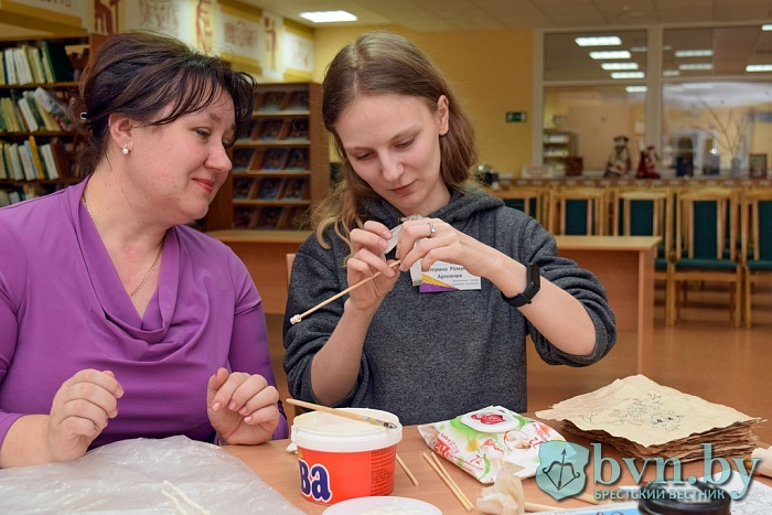 «Дети с радостью их делают». Как в Бресте дают вторую жизнь папирусным свиткам