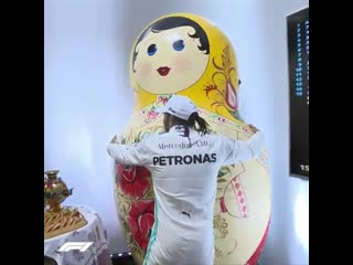 Льюис Хэмилтон отпраздновал победу на Гран-при России обнимашками с русской матрешкой