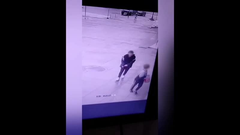 Подростки вынесли из ТЦ аппарат с конфетами