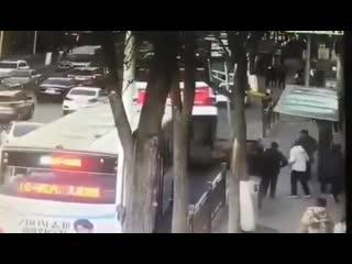 В китае автобус ушел под землю