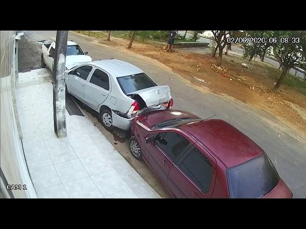 Homem pede dinheiro a ex mulher para pagar travesti e joga carro contra outros veículos em Fortaleza