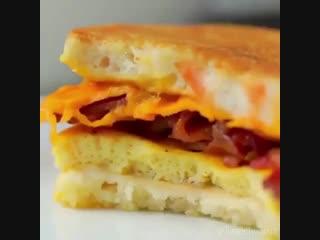 Вкусная идея - булочки с омлетом, беконом и сыром - Личный повар