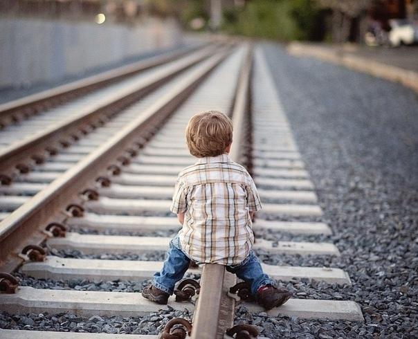 Поезд Жизни Душа дремала в твердом кресле в холле железнодорожного вокзала. Эй, рядом остановился полицейский, просыпаемся. Пожалуйста, предъявите ваш билет. У меня еще нет билета, сквозь сон