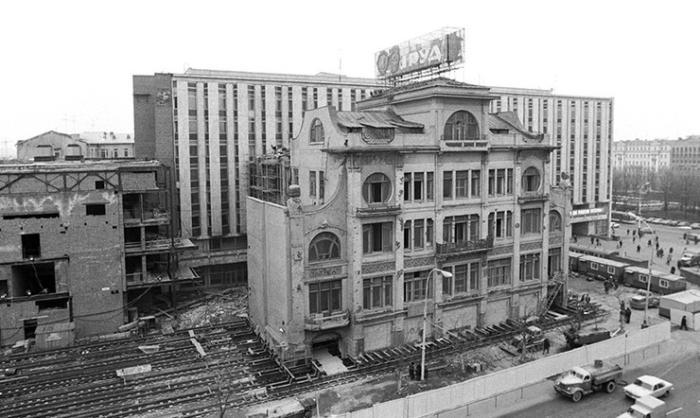 Начало передвижки здания редакции газеты «Труд», Москва, 1979 год.