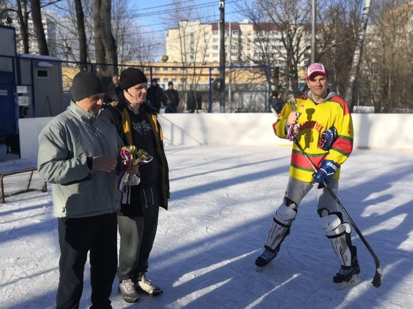 Награждение. На фото: капитан «ребят» Георгий Романов (справа), слева: судьи турнира Авдеев Василий и Селивёрстов Кирилл.