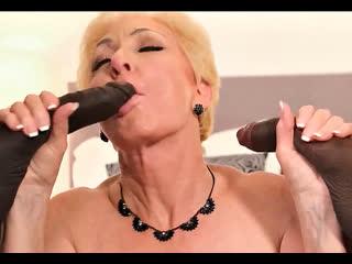 ПОРНО -- ЕЙ 64 -- ДВА ЧЕРНЫХ ЧЛЕНА ДЛЯ СТАРУХИ -- granny gilf porn sex --  Seka Black