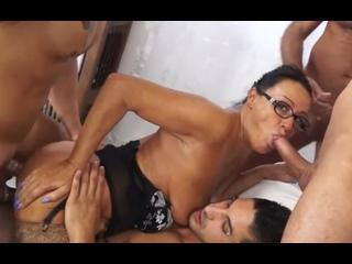 ПОРНО -- ЕЙ 49 -- ГРУППОВУХА СО ЗРЕЛОЙ БОРТПРОВОДНИЦЕЙ - gangbang milf porn sex mature -- Laura Rey