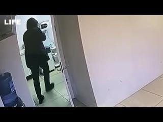 Мужчина разгромил кувалдой аппарат для лазерной эпиляции в салоне красоты