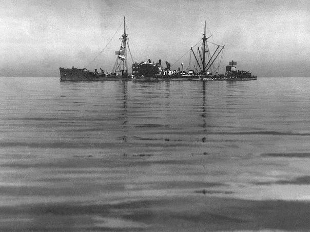 Май 1945 года. Польша. Вспомогательный крейсер «Orion» (бывшее грузовое судно «Kurmark») после атаки 4 мая 1945 г., Свинемюнде.  Снимок, вероятно, сделан ст. лейтенантом Лясиным, который осуществлял фотографирование рейда Свинемюнде (в перв...