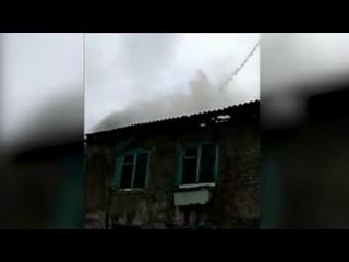 Пожарные тушат охваченный пламенем дом в ХМАО