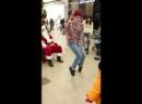 парень классно танцует у Santa