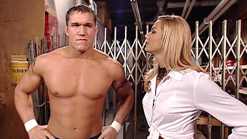 Стейси Кейблер прерывает тренировку Рэнди Ортона за кулисами SmackDown, 2 мая 2002 г.