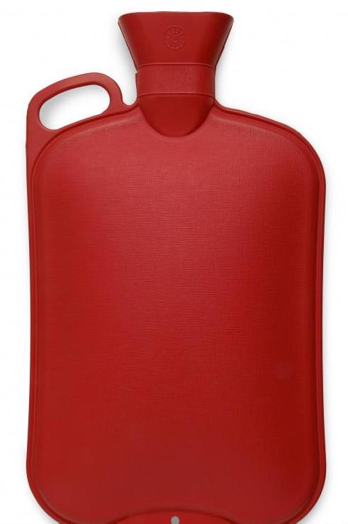 Бутылка с горячей водой (грелка), которая может помочь при боли при эндометриозе.