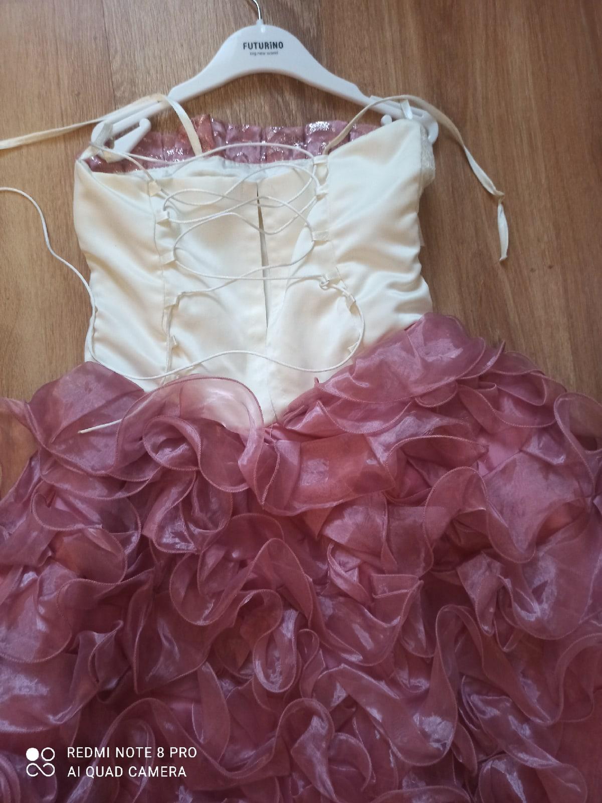 Красивое платье на корсете, имеется подъюбник с 2 кольцами.
