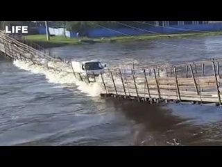 Подвесной мост обрушился в реку под тяжестью грузовика в Забайкальском крае