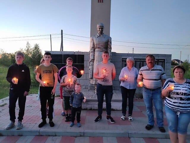 Жители Петровского района возлагают цветы к сельским мемориалам памяти и участвуют в акциях «Свеча памяти» и «Красная гвоздика», посвящённых 80-летию со дня начала Великой Отечественной войны