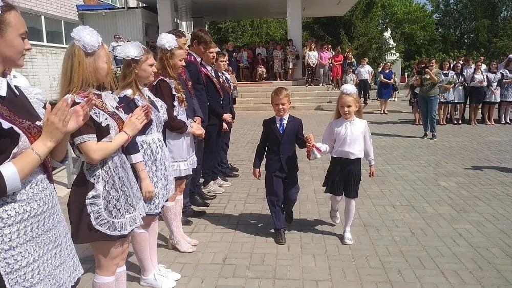 В школах Петровского района продолжаются торжественные линейки, посвящённые празднику Последнего звонка