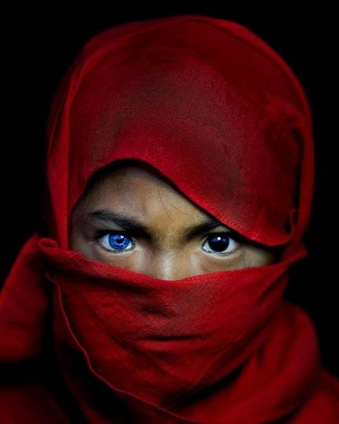 Племя бутунг люди с «электрическими» глазами На маленьком острове Бутон в Индонезии обнаружили одну очень интересную особенность. У некоторых коренных жителей есть необычное генетическое