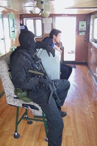 """Военнослужащий SASR в рубке северо-корейского судна """"Понг Су""""."""