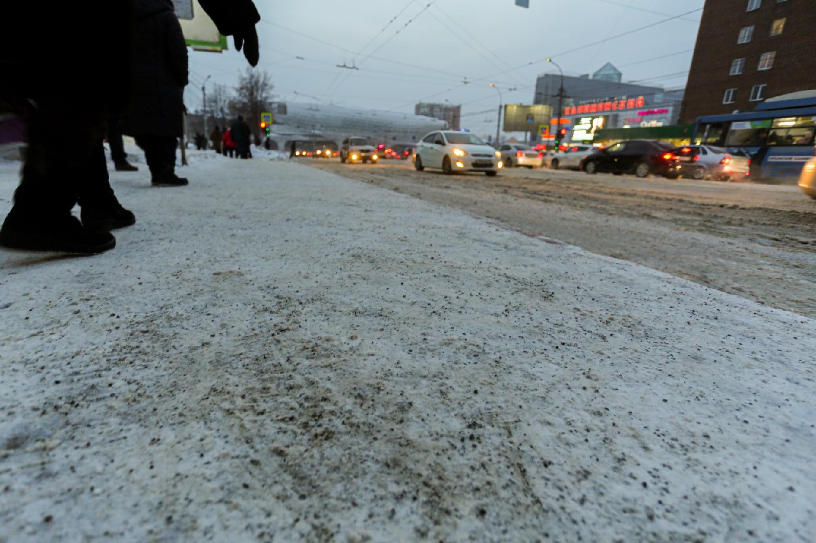 фото В Новосибирске остановку посыпали крошкой после гибели мужчины под колёсами автобуса 2