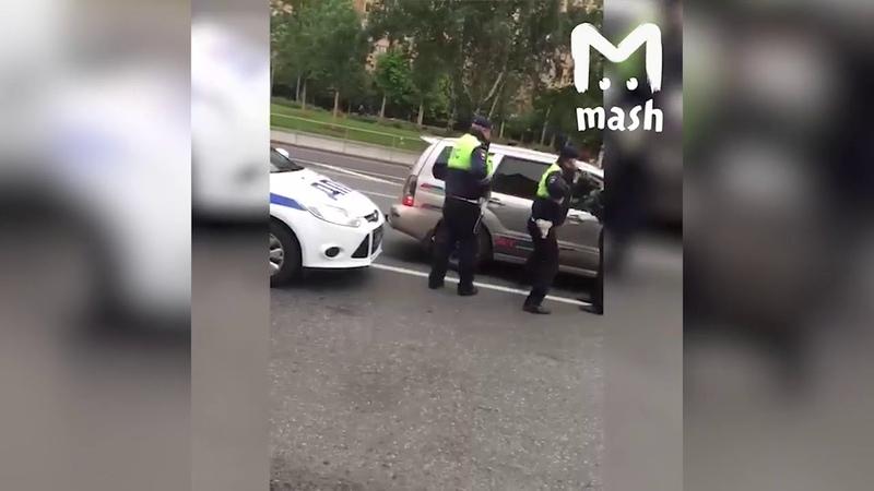 В центре Москвы сотрудники ДПС огнетушителем выбили стекло в остановленном авто