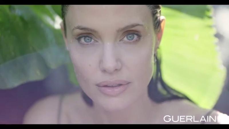 Анджелина Джоли демонстрирует спальню в своем кхмерском домике. Реклама аромата Mon Guerlain