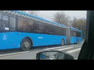 Россия. Москва. Автозаки, автобусы с полицейскими направляются в центр города.