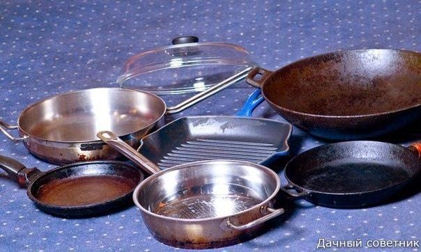 На даче «сжечь» посуду легко чуть вышел во двор, кастрюля и пригорела Отчистить нагар поможет вот такое средство: - 1/2 чашки соды - 1 чайная ложка жидкости для мытья посуды - 2 столовые ложки