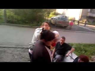 пьяная  драка у подъезда. баба бьет мужика с ноги. женщина с ребёнком разнимает