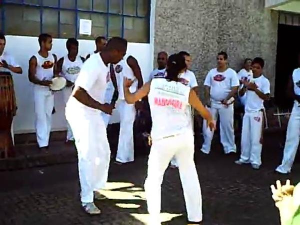 Abadá Capoeira com a roda de samba.AVI