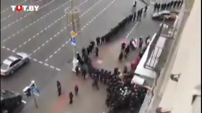 Толпа бравых экипированных по полной в боевую амуницию молодчиков с дубинками