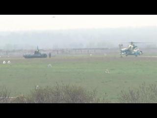 техника с украинскими флагами и военные вертолеты в Мариуполе