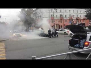 Девушка - водитель троллейбуса помогла потушить горящий автомобиль