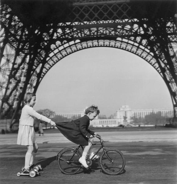 Дети под Эйфелевой башней