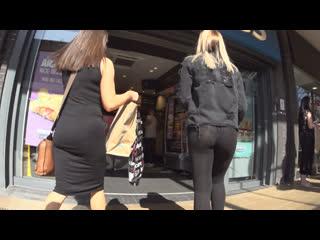 Девочка гуляет и светит классной попкой в леггинсах и трусиками | Leggings ass