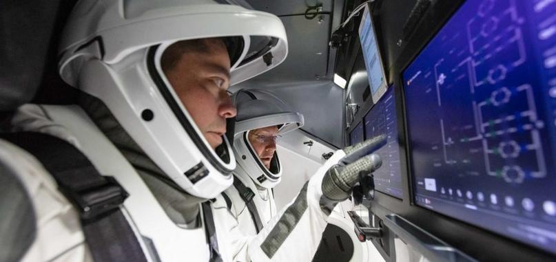 Бенкен и Хёрли тестируют экраны и программное обеспечение Crew Dragon в симуляторе космического корабля, август 2019 года. (SpaceX)