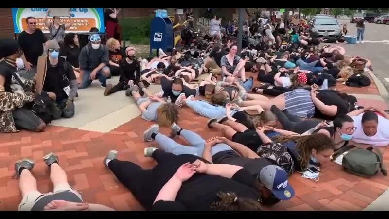 Белые либералки арестовали сами себя невидимыми наручниками Протесты в США 04 06 2020